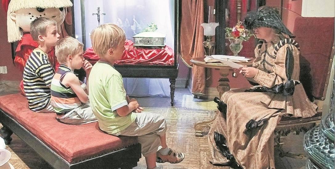 Dorośli stosują różne metody, by zachęcić dzieci do lektury. Jednym z nich jest Narodowe Czytanie