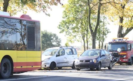 Wypadek dwóch aut i autobusu miejskiego na Kosmonautów