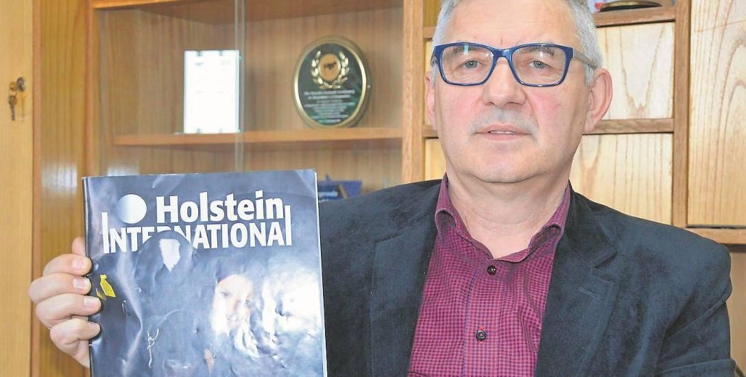 Grzegorz Arian z egzemplarzem międzynarodowego pisma branżowego, w którym opisano krowę z OHZ w Głogówku