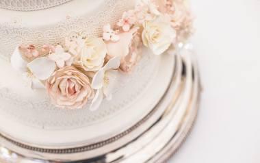 Nowe trendy w tortach weselnych.  Jakie torty weselne są teraz modne? Jaki tort weselny wybrać? [ZDJĘCIA]