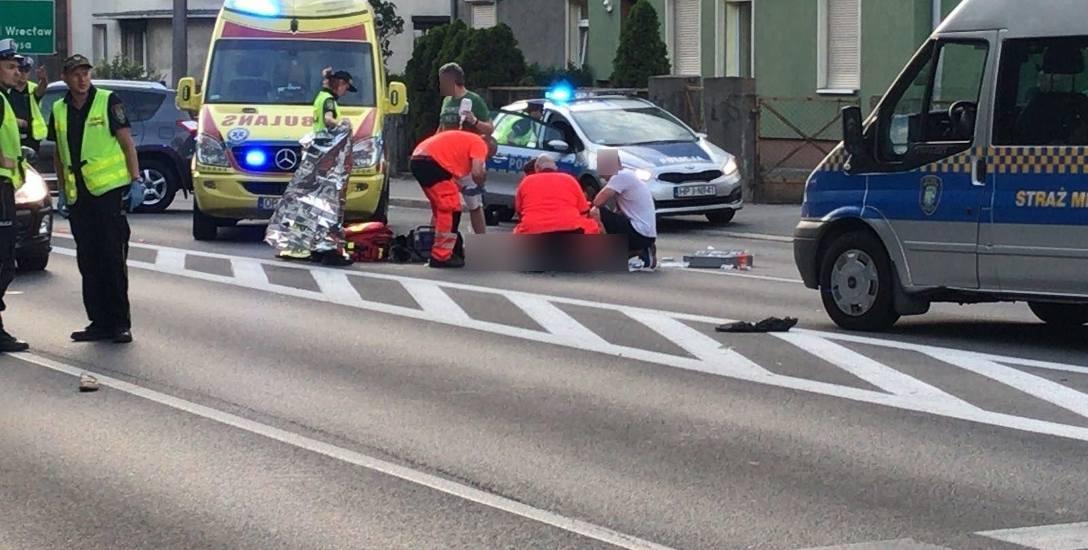 To zdarzyło się na przejściu dla pieszych na ul. Ozimskiej w Opolu. Kierowca skody superb, potrącił śmiertelnie idącą prawidłowo 69-letnią kobietę.