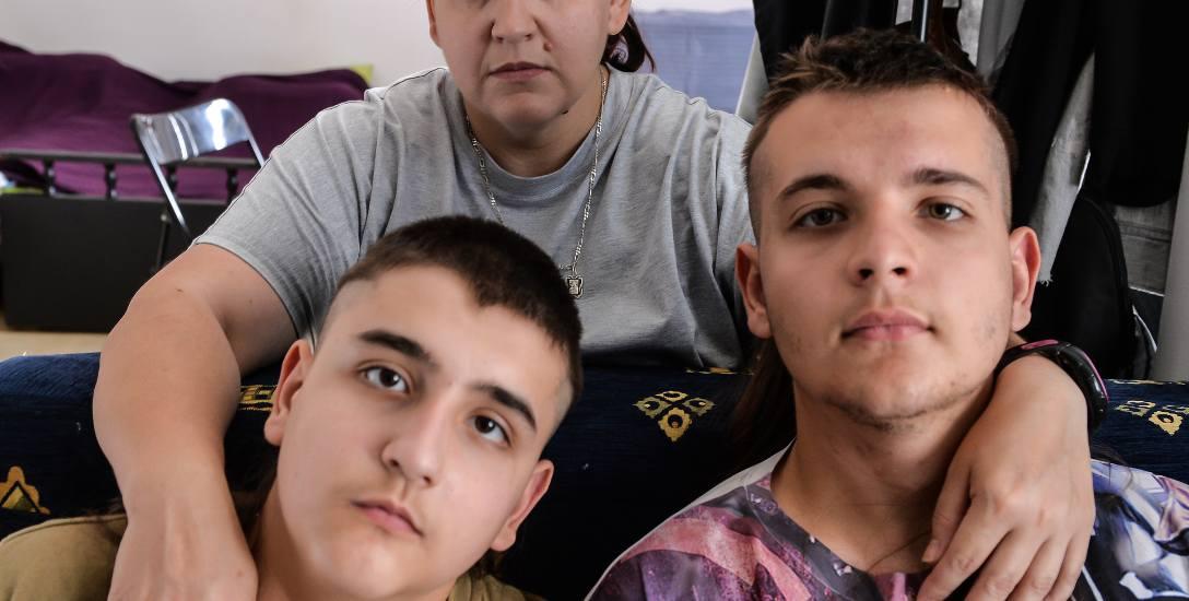 Na zdjęciu dziś 16-letni Tola z mamą - Janą i 13-letnim bratem - Grzegorzem