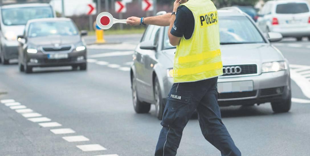 Tylko w lipcu  policjanci zatrzymali 103 kierują cych będących pod wpływem alkoholu  i stwarzających zagrożenie na drodze