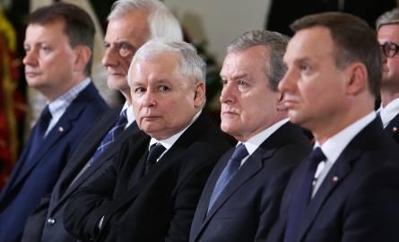 Jarosław Kaczyński i Andrzej Duda w otoczeniu członków rządu