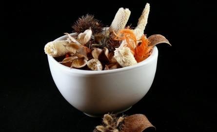 Potpourri to aromatyczna mieszanka ziół i innych roślin. Możemy skomponować ją sami, nadając ciekawy wygląd i zapach.