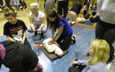 Podczas kursu samoobrony w Grójcu uczestniczki uczyły się też, jak udzielić pierwszej pomocy przedmedycznej. Mogły potrenować na fantomach.