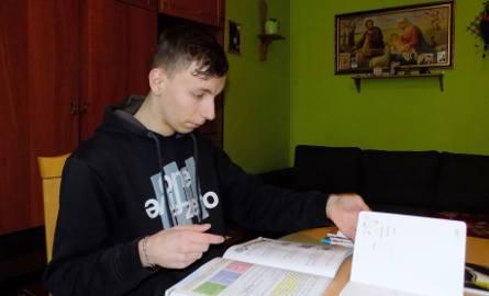 Historia 21-letniego Mateusza z Przemyśla, który od kilku miesięcy sam wychowuje czwórkę swojego młodszego rodzeństwa, poruszyła wiele osób.