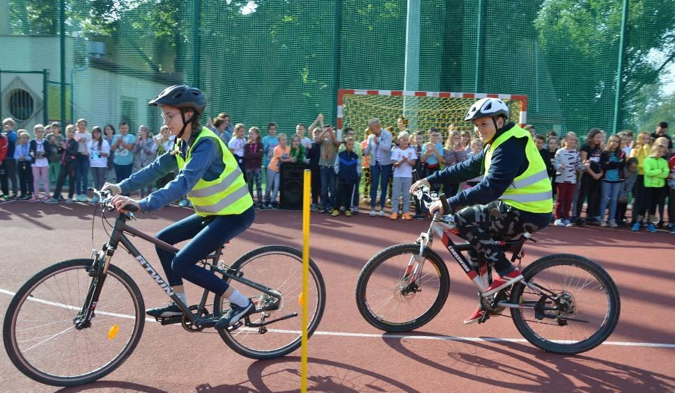 """Film do artykułu: Opolscy uczniowie wsiadają na rowery! Kampania  """"Dwa zamiast cztery: Opolskie na rowery"""". W pierwszej edycji bierze udział 21 szkół"""