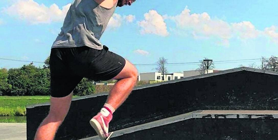 Na terenie skateparku ćwiczy wielu młodych, którzy szkolą tam swoje umiejętności