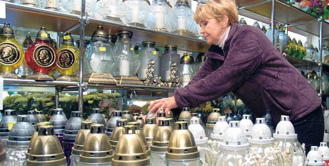 W sklepach jest olbrzymi wybór najróżniejszych zniczy. Obecnie wiele osób dobiera je tak, aby kolorystycznie pasowały do kwiatów, stroika, czy wiąza