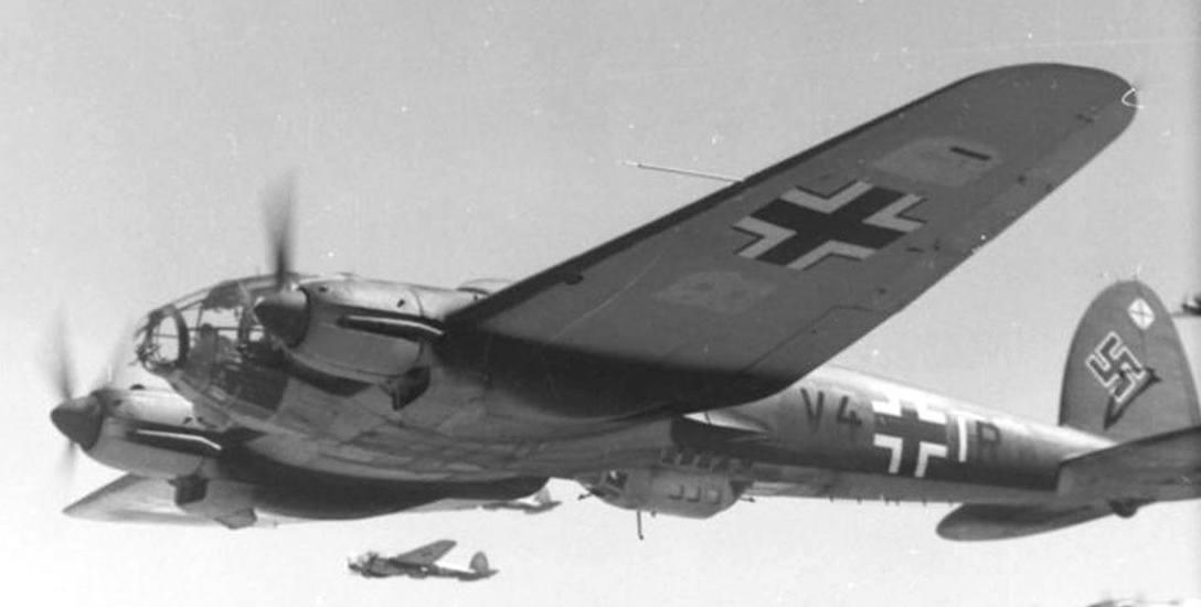 """Samoloty Heinkel-111 z 1. dywizjonu bombowego """"Hindenburg"""" podczas lotu bojowego."""