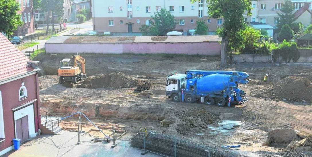 Widok na plac budowy z okien Szkoły Podstawowej nr 1, z prawej strony fragment starej, poniemieckiej sali gimnastycznej
