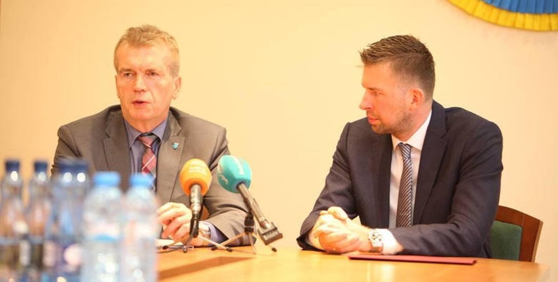Podpisanie porozumienia przez burmistrza Ustki Jacka Graczyka i prezesa zarządu spółki Łukasza de Lubicz- Szeliskiego.