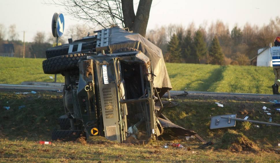 Film do artykułu: Czarnowo, wypadek. Na DK 60 ciężarówka przewożąca żołnierzy po zderzeniu z osobówką wpadła do rowu. 5.04.2020. Zdjęcia