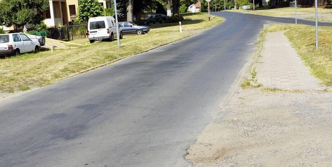 Ulica Wojska Polskiego w Dolicach  jest wąska. Po zakończeniu inwestycji jezdnia będzie miała 6 metrów szerokości. Droga ma być gotowa w listopadzie