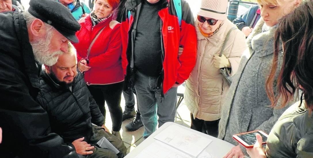 W poniedziałek, na Skwerze Pionierów przy pomniku Marszałka zebrali się mieszkańcy, urzędnicy i prezydent Anna Mieczkowska (z prawej). Debatowali nad