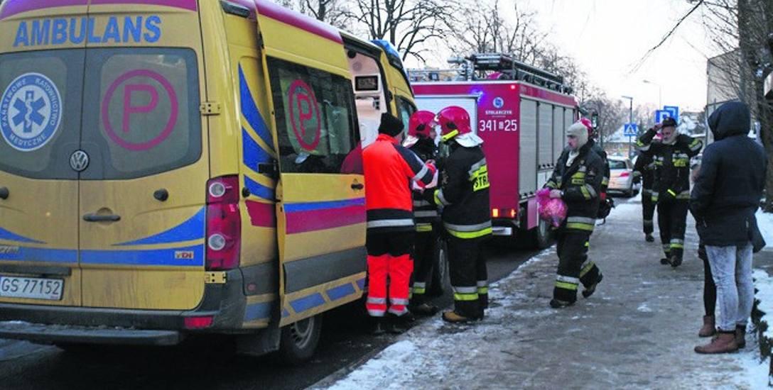 Zanim przyjechała karetka pogotowia, mężczyzną z padaczką zajęli się strażacy