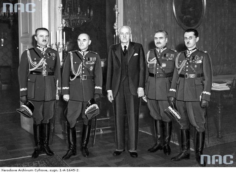 Ignacy Mościcki w otoczeniu generałów przybyłych z życzeniami imieninowymi. Widoczni od lewej: wiceminister spraw wojskowych Janusz Głuchowski, generał