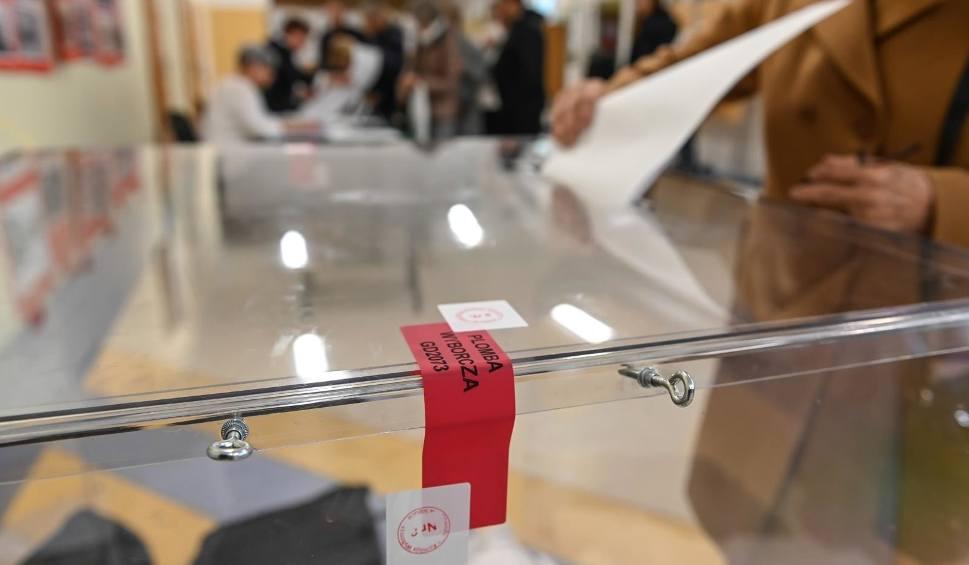 Film do artykułu: Wybory 2020. Jak głosować? Co zabrać ze sobą? Czy trzeba mieć maseczkę i długopis? O czym trzeba pamiętać idąc do lokalu wyborczego?