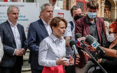 Minister Jadwiga Emilewicz informuje o sukcesie bonu turystycznego