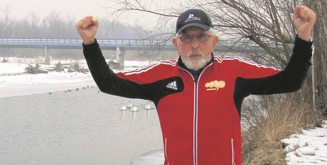 Andrzej Mróz często biega po wałach nad Sołą w Kętach, a w zimie na dodatek jeszcze regularnie kąpie się w lodowatej rzece