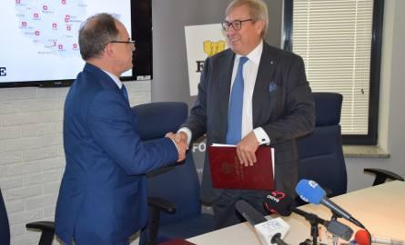 Ten uścisk dłoni prezesa Formanowicza (z prawej) wart jest 10 mln zł. Z lewej: prezydent Renkiewicz.