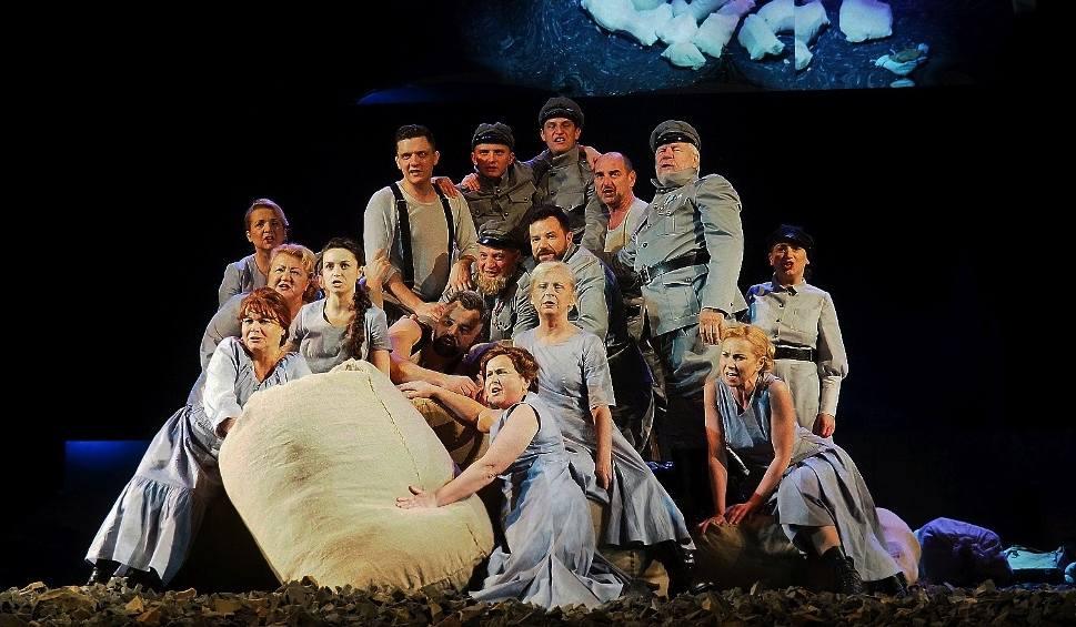 Film do artykułu: Teatr Dramatyczny. Gałązka rozmarynu - śpiewogra bawi, tumani, przeraża bezsensem wojny (zdjęcia, wideo)
