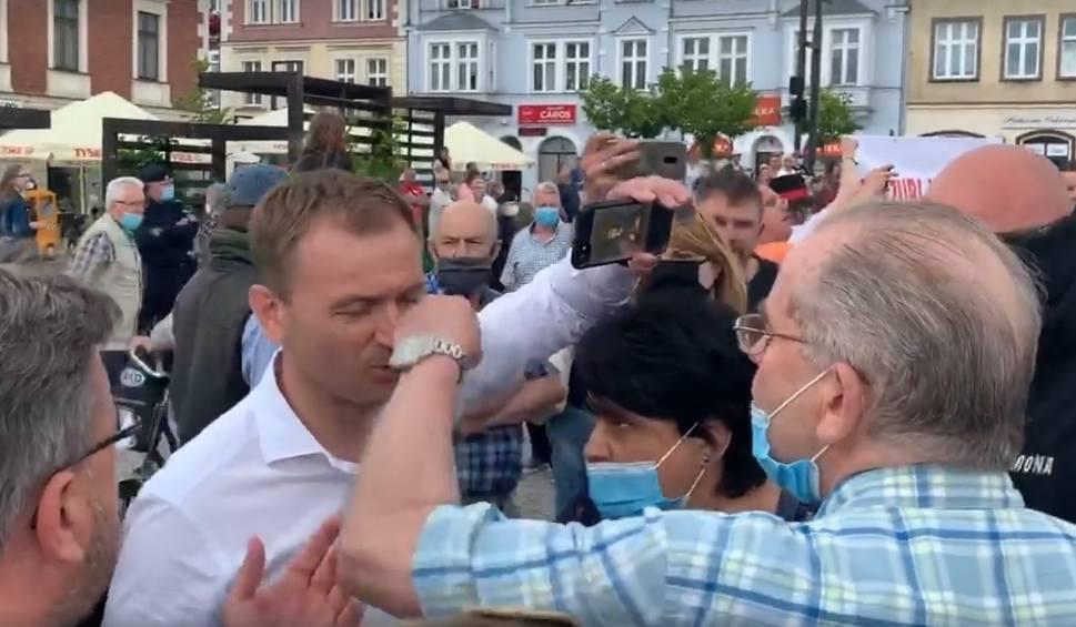 Film do artykułu: Poseł Nitras zaatakowany! Incydent w Kartuzach w czasie wizyty Rafała Trzaskowskiego, kandydata na prezydenta RP 30.06.2020 [film]