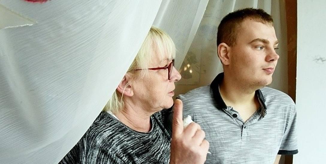 """Magda Brówka, prezes stowarzyszenia """"Dlaczego Nie"""" z podopiecznym Dawidem, który w sulechowskim ośrodku jest od wielu lat. Za rok będzie musiał go jednak"""