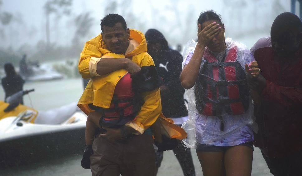 """Film do artykułu: Huragan Dorian dotarł na Florydę, wcześniej spustoszył Bahamy. """"To była apokalipsa"""" [LIVE] [ZDJĘCIA]"""