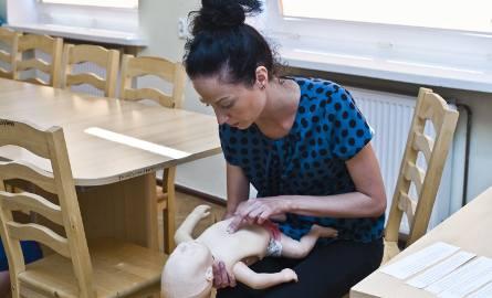 Paulina Farbicka pokazuje, co robić, gdy dziecko się zakrztusi