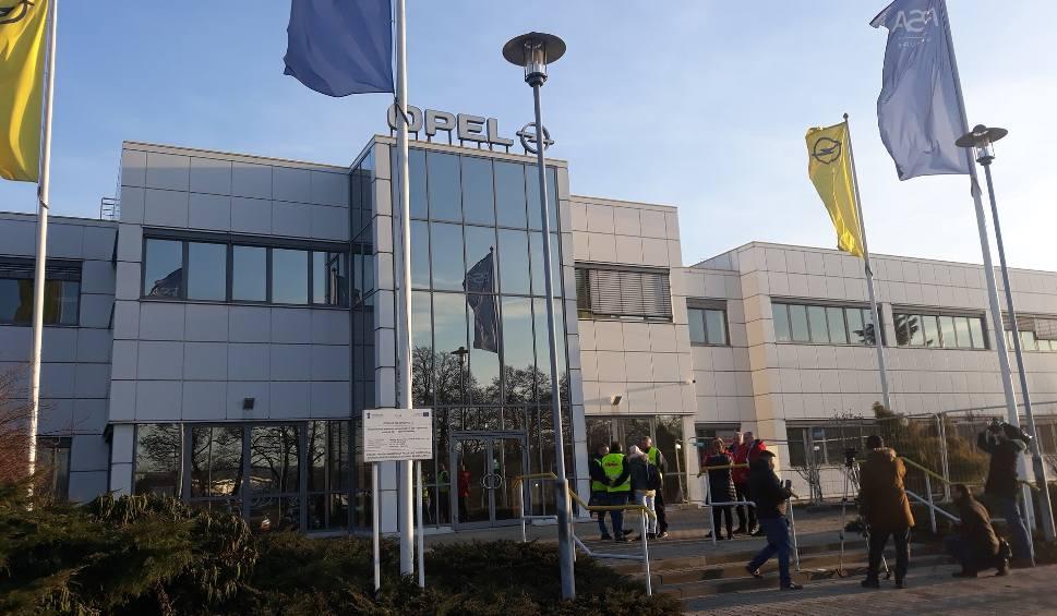 Film do artykułu: Opel w Gliwicach ogranicza zatrudnienie przez koronawirusa. Zwolnie grupowe są realne. Jest plan ratunkowy dla pracowników