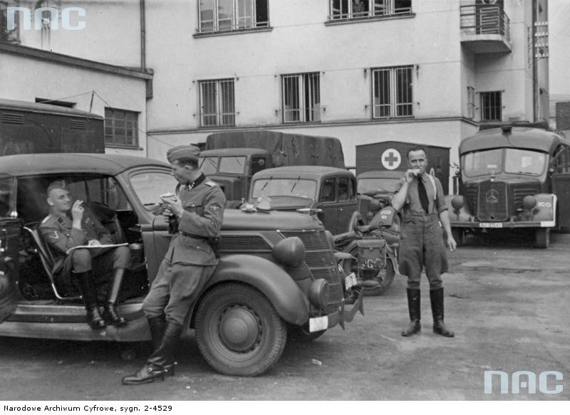Gestapowcy z południowo-wschodniej Polski pod siedzibą tajnej policji we Lwowie [1]