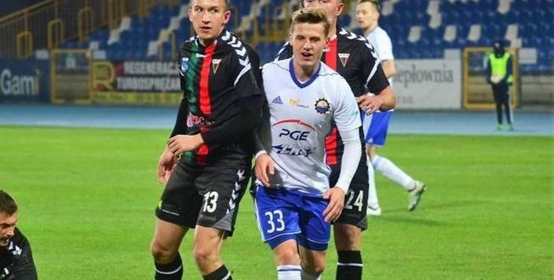 Maksymilian Banaszewski (biało-niebieski strój) od lata jest graczem Stali Mielec.