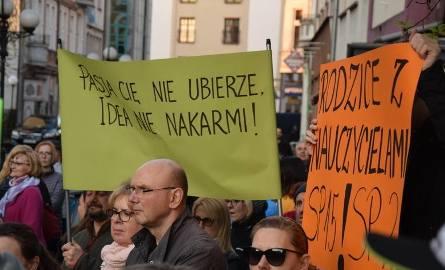 23 kwietnia w Gorzowie strajkujący nauczyciele spotkali się przy Lubuskim Urzędzie Wojewódzkim. Pedagogów wspierali uczniowie i ich rodzice.