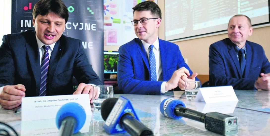 Informację o pieniądzach dla uczelni tradycyjne już w Słupsku przekazuje Piotr Müller (w środku).
