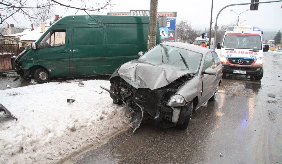 Film do artykułu: Wypadek na skrzyżowaniu w Kielcach. Obydwaj kierowcy twierdzą, że mieli zielone światło