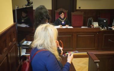 Sędzia Małgorzata Banaś musiała otworzyć proces na nowo i go odroczyć, bo powód złożył wniosek o zmianę sędzi.