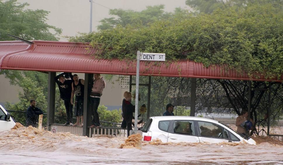 Film do artykułu: Australia: Ulewy gaszą pożary buszu, ale wywołują powódź [ZDJĘCIA] [WIDEO] Setki interwencji ratowników