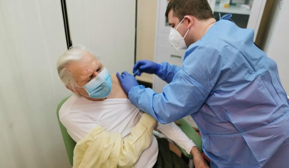 Film do artykułu: Lubuskie. Ruszyły szczepienia dla seniorów, ale... szczepionka nie wszędzie dojechała