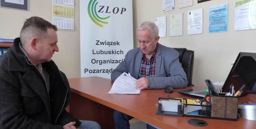 Prezes Związku Lubuskich Organizacji Pozarządowych Romuald Malinowski podpisuje z Tomaszem Woźniakiem umowę na prowadzenie punktu aktywizacji zawodowej
