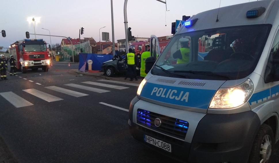 Film do artykułu: Śmiertelny wypadek w Gdyni na Chwarznieńskiej [16.02.2019]. Nie żyje trzech młodych mężczyzn. Toyota wjechała w słup [zdjęcia, wideo]