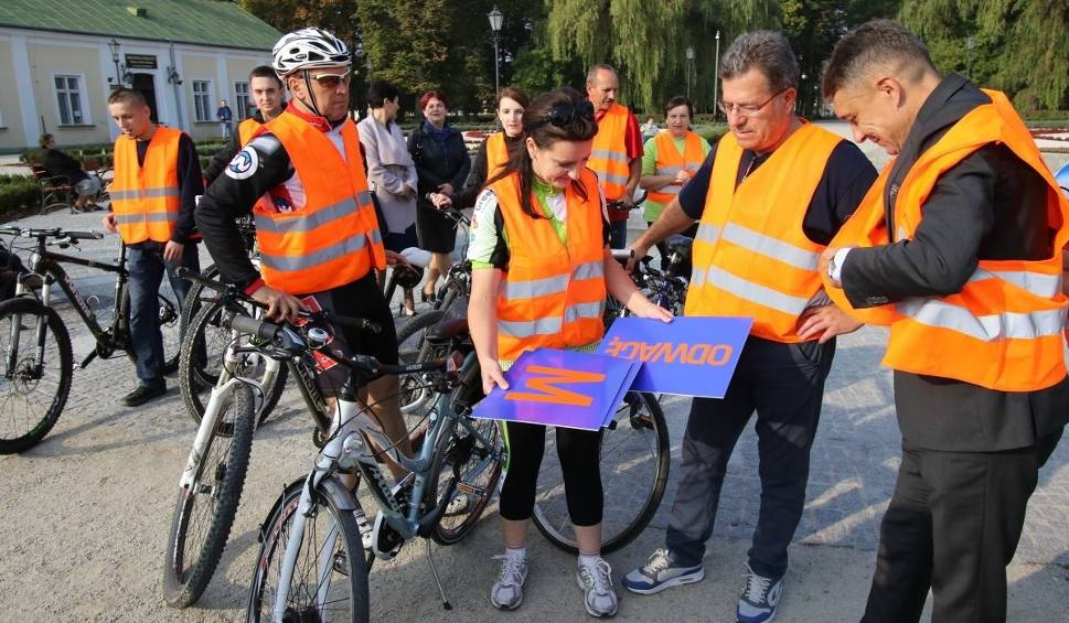 Film do artykułu: Posłanka Marzena Okła-Drewnowicz zdjęła szpilki i do Końskich przyjechała... na rowerze