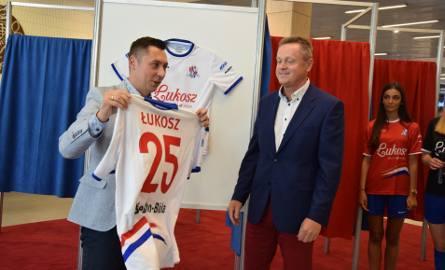 Tomasz Mikołajko (z lewej) zaznacza, że odkąd doszło do zmiany właścicielskiej w klubie, sytuacja normuje się. A  dzięki wsparciu właścicieli klub może