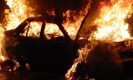 Kielce. Nocny pożar dwóch opli. Policjanci badają sprawę i nie wykluczają podpalenia