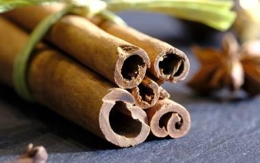 Cynamon - właściwościCynamon jest jedną z najpopularniejszych przypraw. Ma charakterystyczny słodkawy, korzenny zapach, który kojarzy nam się głównie