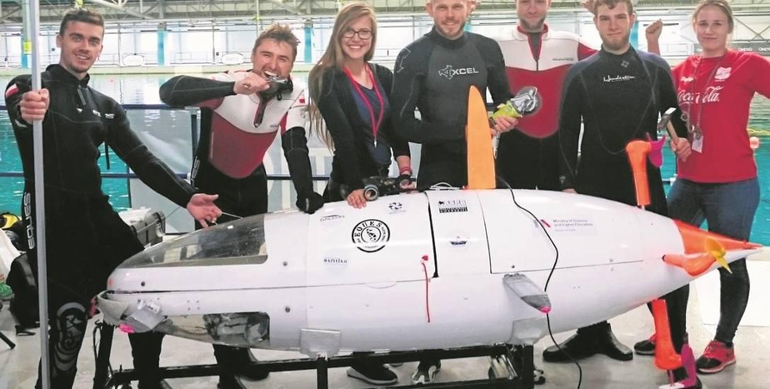 Utalentowani studenci z PG w brytyjskim Gosport prezentowali łódź podwodną napędzaną siłą ludzkich mięśni