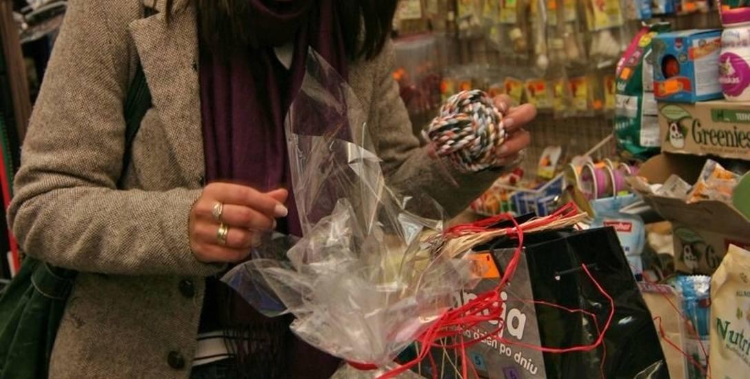 Pani Aleksandra kupuje prezenty dla swoich psów.