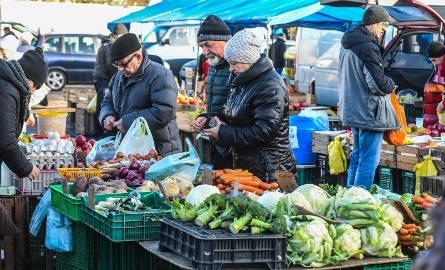 W tym sezonie podrożały także niektóre warzywa, m.in. marchew, pietruszka i cebula są droższe niż w poprzednim roku. Za to owoców (np. jabłek) było dużo,