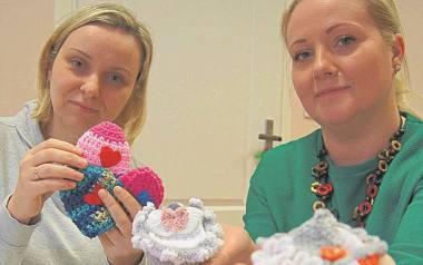Anna Kościółek (z lewej) i Magdalena Rachwalska z częścią wykonanych przez siebie ubranek. Obdarują nimi szpitale